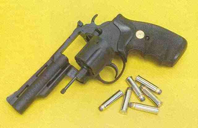 Colt Peacekeeper-Revolver im Kaliber .357 Magnum, eine Variante des Trooper Mk V mit matten Oberflächen und Pachmayr-Griffschalen.