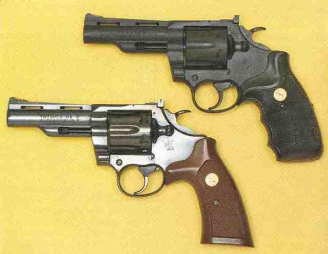 """Vergleich: neuer Colt Peacekeeper (oben), Colt Trooper Mk V (untern), beide Revolver mit 4""""-Läufen. Es gibt auch Peacekeeper mit 6""""-Lauf."""