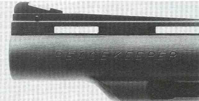 Das Korn mit roter Einlage ist auswechselbar auf der ventilierten Laufschiene plaziert. Im Gegensatz zum Colt Python reicht die Ausstoßerstangenhülse der Trooper-Modelle nicht bis zur Mündung.