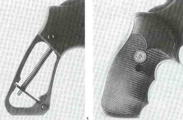 """Wie der Trooper Mk V verwendet auch der Peacekeeper eine Schraubenfeder als Schlagfeder (links). Er ist serienmäßig mit Pachmayr-Neopren-Griffschalen des Typs """"Gripper"""" (mit Fingermulden) ausgestattet, die ein Colt-Medaillon tragen."""