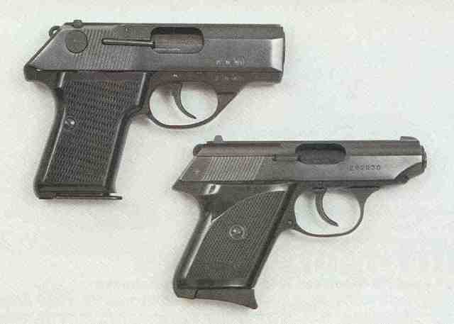 "Größenvergleich: FÉG ""R"", Kaliber 7,65 mm Browning (oben), Walther TPH, Kaliber .22 LR (unten)."