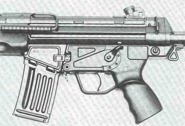 Die gut erreichbaren Bedienungselemente des HK 33. Der Spannhebel ist über dem Lauf plaziert.