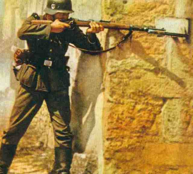 SS-Mann mit Karabiner 98k (Bild nicht aus dem vorliegenden SWM-Artikel, sondern aus der Deutschen Militärzeitschrift).