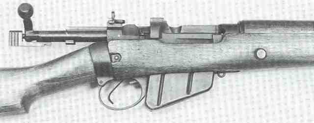 Geöffneter Verschluss des britischen Lee-Enfield-Repetierers Rifle No. 4 Mk I im Kaliber .303 British. Diese Waffe hat die vereinfachte Klappdioptervisierung der späteren Kriegsproduktion anstelle des unten erwähnten Spindeldiopter-Leitervisiers, welches beim Nachkriegsmodell No. 4 Mk 2 wieder Standard war.
