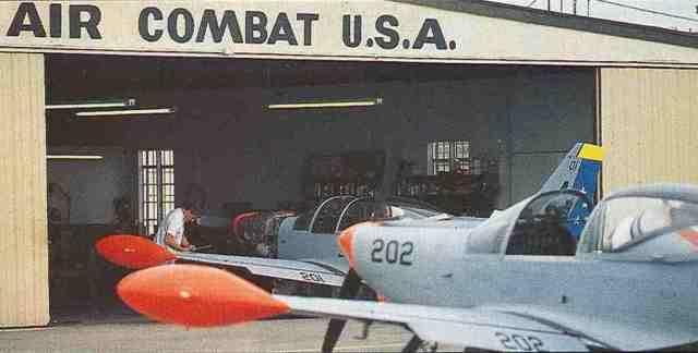 Wird nicht gerade gekämpft, stehen die russischen und amerikanischen Siai-Marchetti SF.260 gemeinsam vor dem Hangar von Air Combat USA.