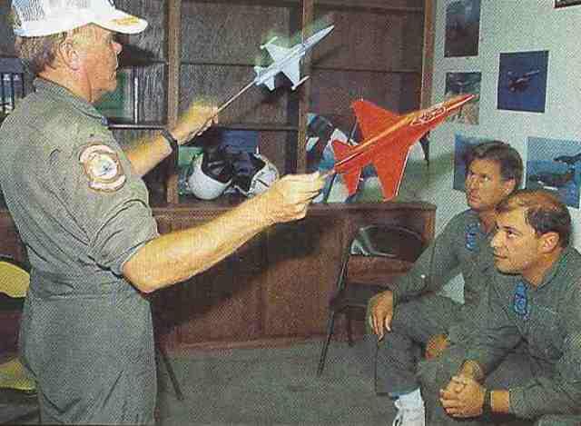 """Im Rahmen eines Briefings werden die Luftkämpfer in die """"Spielregeln"""" eingewiesen. Enorm wichtig: Den Gegner niemals aus den Augen verlieren."""