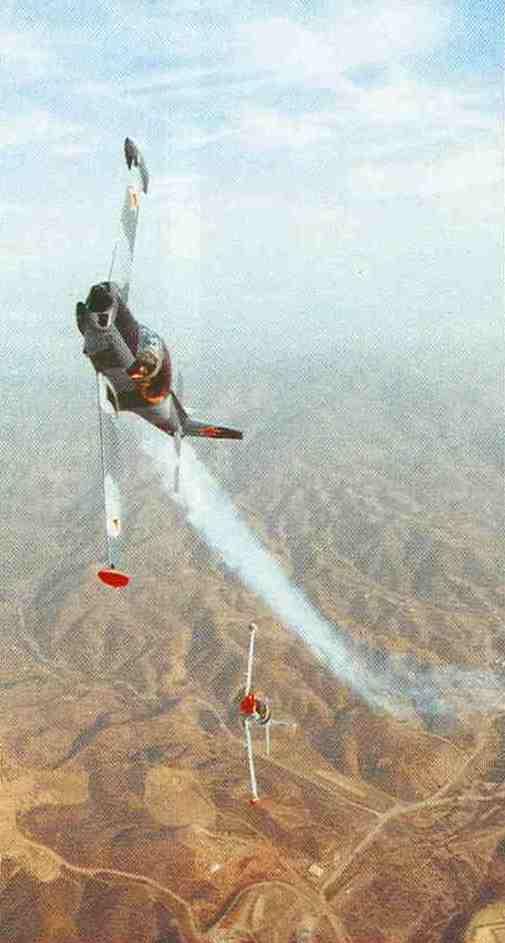 """Dogfight über Kalifornien. Die vordere Maschine wurde """"getroffen"""". Ihr Smoke-System ist aktiviert. Ein """"Einsatz"""" bei Air Combat umfaßt vier Missionen."""