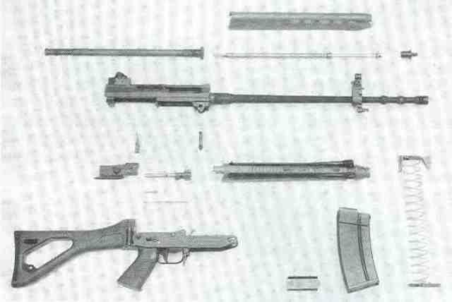 SIG-Sturmgewehr Modell 550 (Stgw 90), zerlegt.