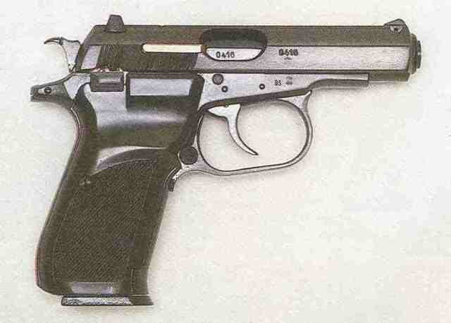 Rechte Seite der ČZ 83: Sicherungshebel und Magazinhalterknopf sind beidseitig geführt.