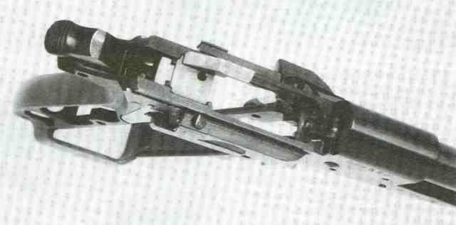 Hinter dem Magazinschacht der Auswerferblock, dahinter das Blöckchen der automatischen Hammersicherung. Rechts der Unterbrecher.
