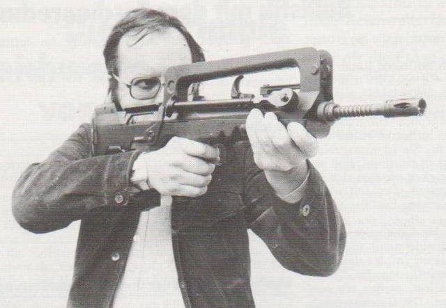 Der Autor beim Probeschießen mit dem französischen FAMAS-Sturmgewehr im Kaliber 5,56 x 45 mm.