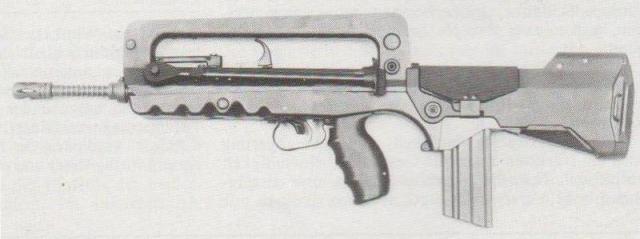 Das neue, nach dem Bullpup-Prinzip aufgebaute FAMAS-Sturmgewehr der französischen Armee, ein verzögerter Rückstoßlader, dessen Mechanik sich an das MG AAT 52 anlehnt.