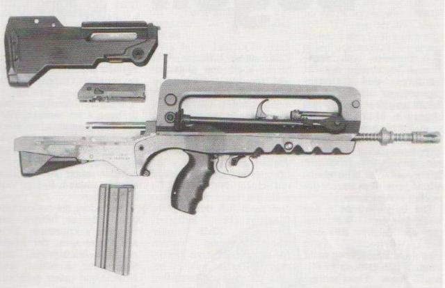 Das französische FAMAS-Sturmgewehr, in seine Hauptteile zerlegt.