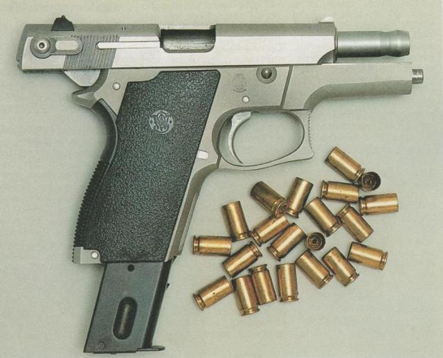 Smith & Wesson-Pistole M 669, Kaliber 9 mm Para, mit Schlitten aus rostträgem Stahl und Griffstück aus Aluminium (hier mit verlängertem 20schüssigem Magazin).