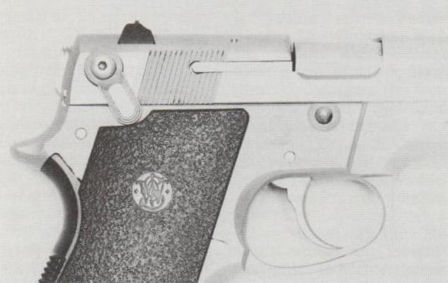 Smith & Wesson-Pistole M 669 mit beidseitigem Sicherungs-/Entspannhebel.
