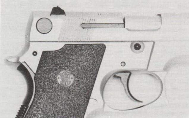 Frühe Smith & Wesson-Pistolen M 469 hatten den Sicherungs-/Entspannhebel nur auf der linken Waffenseite.