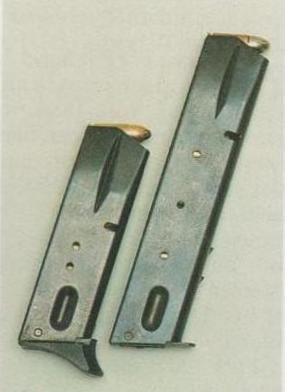 Original-Magazin (12 Patronen), links; verlängertes S & W-Magazin (20 Patronen), rechts.