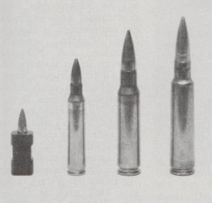 Vergleich (von links nach rechts): 4,7 x 21 hülsenlos, 5,56 mm (.223 Remington), 7,62 x 51 NATO (.308 Winchester), 7,5 x 55 (GP 11).