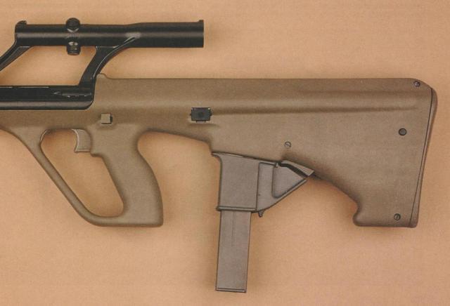 """Hinterteil des """"AUG 9 mm Para"""" mit dem 32 Schuss fassenden Stangenmagazin im Magazinadapter."""
