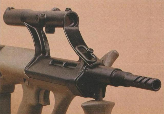 Die letzten 45 mm des Laufs sind als Mündungsbremse ausgebildet.