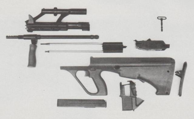 """Das zerlegte """"AUG 9 mm Para"""": Das bei der Standardwaffe im Kaliber 5,56x45 übliche Gasdruckladersystem ist hier durch einen einfachen Masseverschluss ersetzt worden."""