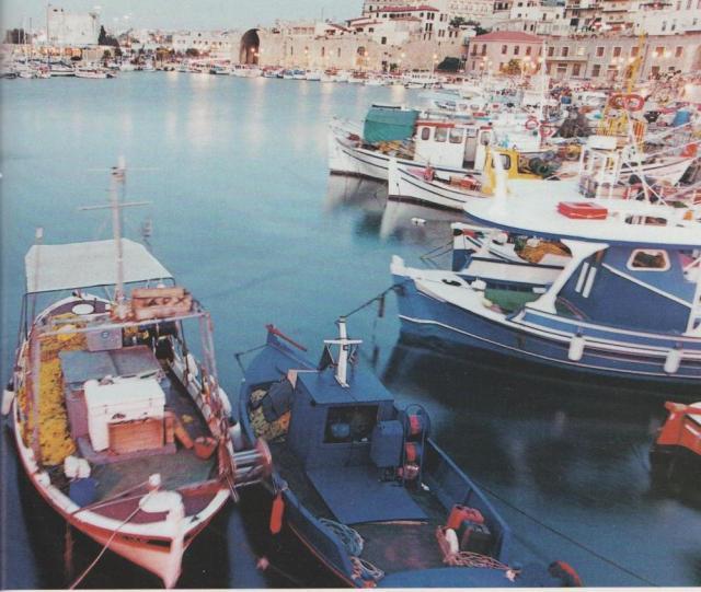 Während des Sommers bleibt Kostas' Kaiki (im Vordergrund) nur wenige Stunden im Hafen von Iráklion vertäut. Bald legen die Fischer wieder ab, denn die Saison ist kurz. Während der Stürme in der kalten Jahreszeit müssen die Männer oft tagelang pausieren.