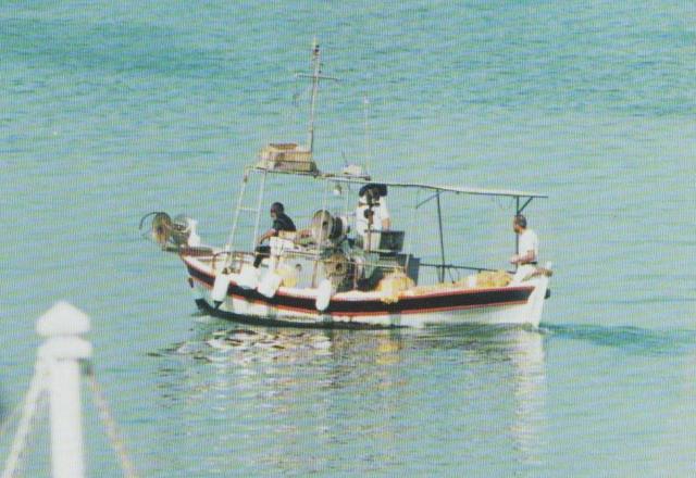 """Vorbei am venezianischen Kastell von Iráklion fahren Kostas und Alekos mit der """"Eleni"""" aus dem Hafen. Jeder Platz auf dem nur sechs Meter langen Kaiki ist genutzt."""