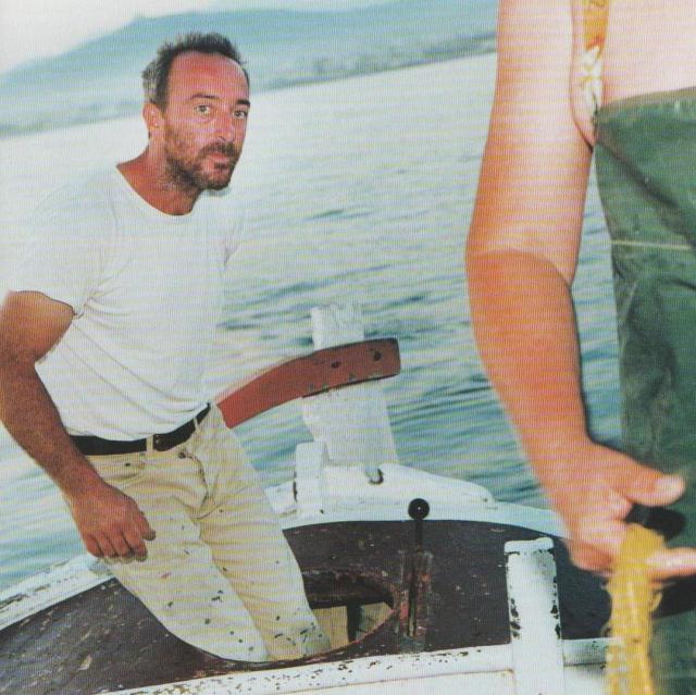 """Gegen Abend wird das Netz drei Seemeilen vor der Küste eingeholt. Kostas hält konzentriert die Pinne, während Alekos eine Gelbstrieme aus dem Garn befreit. Engere Maschen lehnen die beiden Fischer ab: """"Wenn wir jetzt schon die Babys fangen, haben wir morgen überhaupt nichts mehr im Netz."""""""