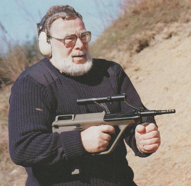 Der Autor bei Schießversuchen mit dem Armee Universal Gewehr (AUG) im Kaliber 9 mm Para.