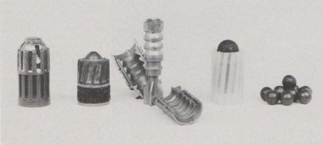 Die Flintengeschosse unseres Tests von links nach rechts: Mirage Palla Sorengo, Brenneke, Sauvestre, Dolomiti Ball, 9 Buckshot-00-Kugeln.