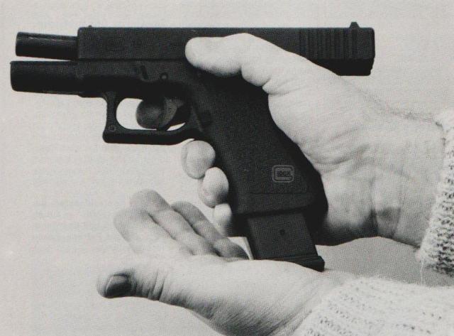Der schnelle Magazinwechsel begünstigt die Pistole als Gefechtswaffe gegenüber dem Revolver.