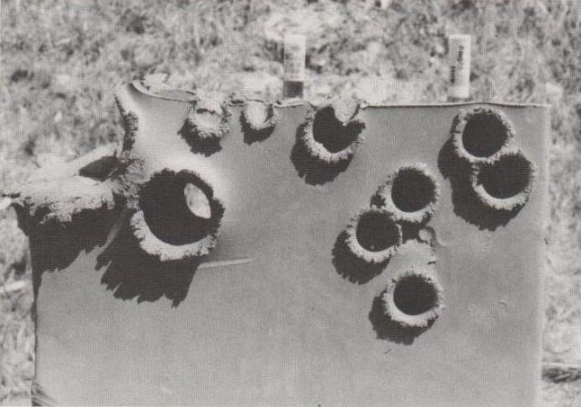 Wirkung von 00 Buckshot (zwei Einschläge oben links) und Fiocchi Anti-Crime-Gummiposten (rechts) auf einen 9 cm dicken Tonblock.